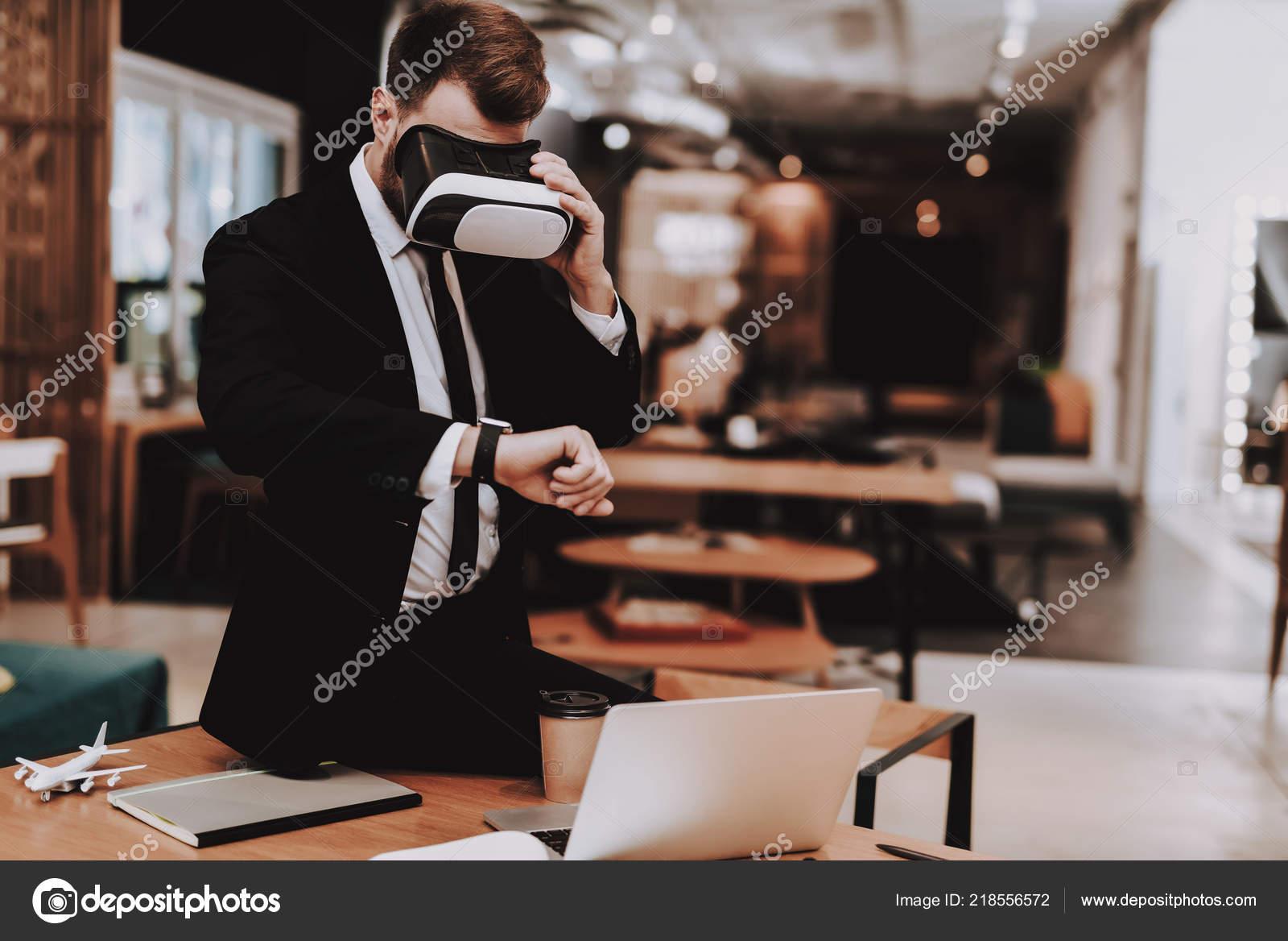 Reloj de pulsera. Juego de negocio. Ordenador portátil. Sit. Lluvia de  ideas. Chico joven. Hombre de negocios. Trabajo en oficina. Trabajador  creativo. 0cc98333d390