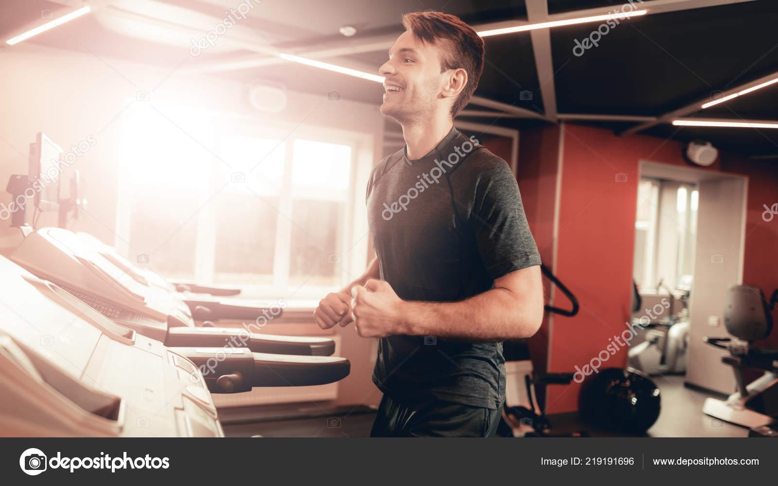 Circuito Gimnasio : Sportsman ejecuta con circuito gimnasio sudor corporal ocio