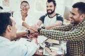 Mladí pracovníci na Teambuilding v moderní kanceláři. Komunikace s kolegy. Teambuilding v práci. Usmívající se žena. S úsměvem manažer. Týmová práce v kanceláři. Šťastní lidé. Obchodní koncept