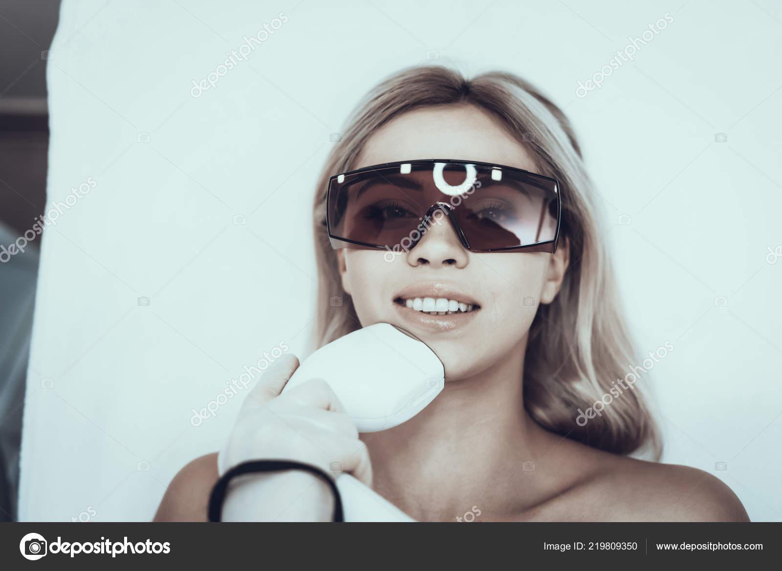 Junge Frau Spa Salon Für Laser Haarentfernung Frau Brille ...