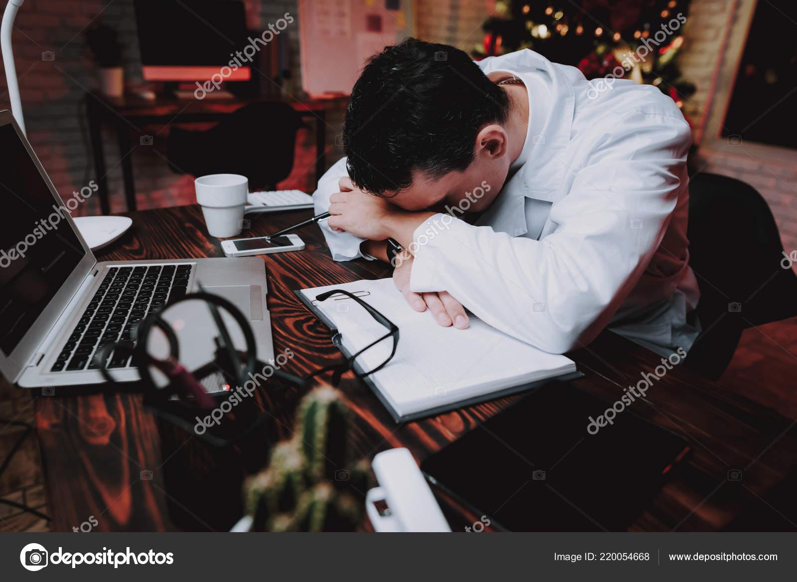 Fatigué médecin uniforme bureau new year eve sapin noël bureau