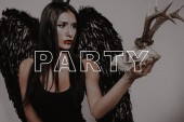 Fotografie Demon Girl. Hirsch-Schädel. Eng anliegende Kleid schwarz. Super Sexy. Partei. Halloween. Fröhlich lacht. Dunkelhaarige. Lächeln. Freudige. Magie. Spaß. Mode. Ziemlich. Lady. Make-up. Stilvolle. Gothic. Kosmetik