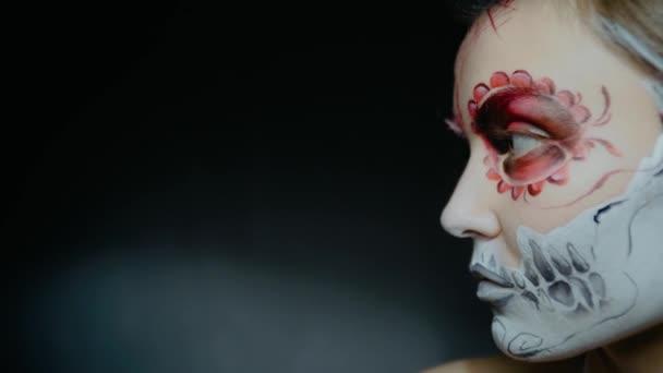 Egy lány Chicano koponya tetoválással az arcán. Halloween banner