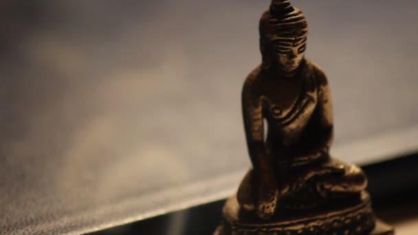 Buddha-szobor meditál a békés relaxáció 01