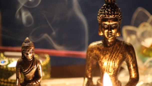 Sochy Buddhy meditující se svíčkami zblízka 07