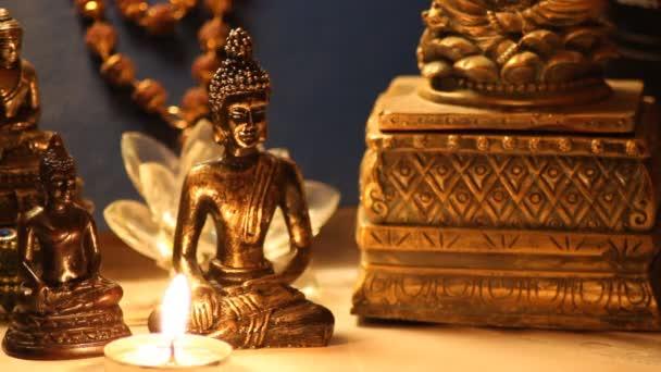 Socha Buddhy meditace s hořící svíčkou zblízka 15