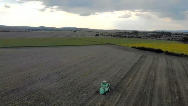 A légi felvétel a össze harvester mezőgazdasági gépi betakarítás arany érett Búzamező.