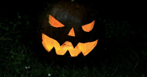 Halloween van. Mindenszentek napja. Egy kivilágított faragott tök illusztrálja az ünnep hangulatát..