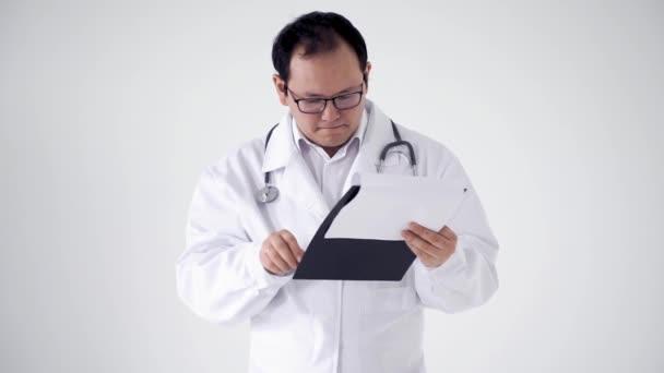 lékař zkontroluje výsledky testů na lékařských záznamech. Muž v bílém plášti na bílém pozadí ukazuje nedorozumění emocím
