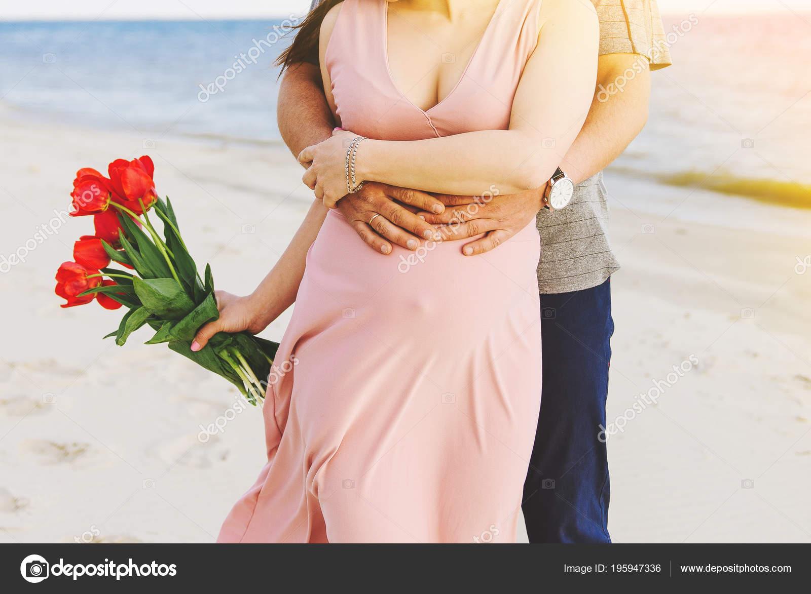 Mujer Embarazada Con Ramo Tulipanes Está Playa Marido Está Abrazando ...