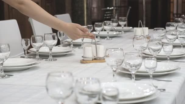 Servieren einer festlichen Tafel in einem Restaurant