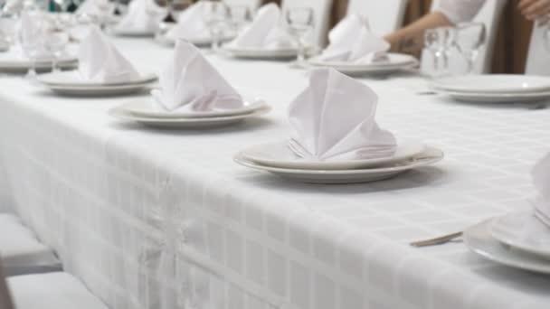 servírování slavnostního stolu v restauraci