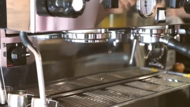 Barista připraví kávu profesionálně.