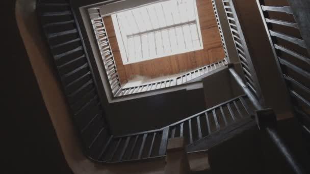 Dítě šplhá staré točité schodiště ve starém domě