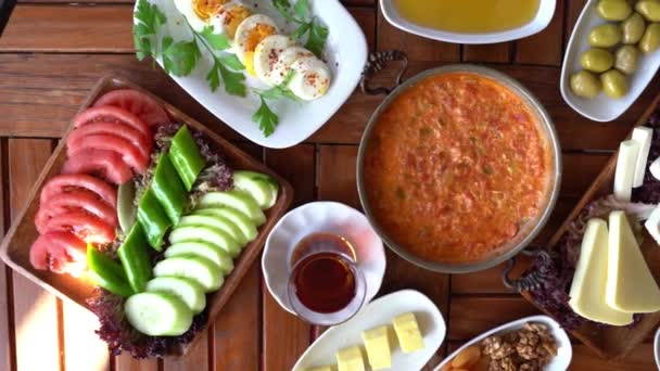 Turecká snídaňová sada pokrmů na stole v krásném uspořádání. Video Příprava turecké snídaně.