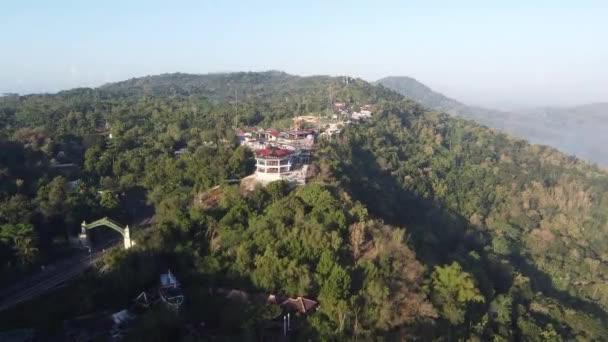 letecký výhled na budovu na kopci. Gunungkidul Yogyakarta