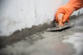 Nahaufnahme Hand Arbeit halten Kelle Maurerarbeiten in Baustelle