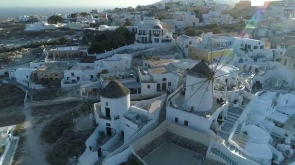 Letecký pohled na letící nad města Oia na Santorini Řecko, brzy ráno