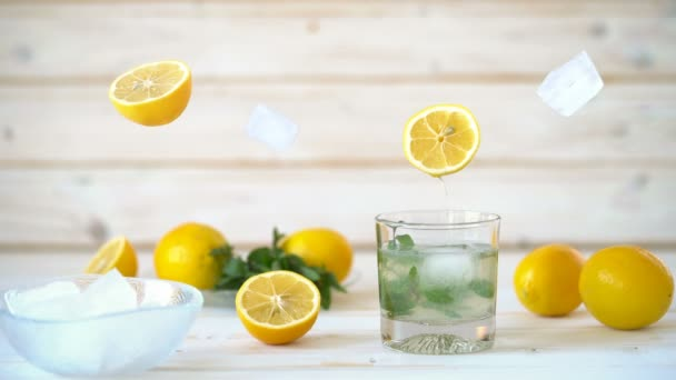 Cinemagraph - ömlött a citromlevet, egy üveg ice és menta