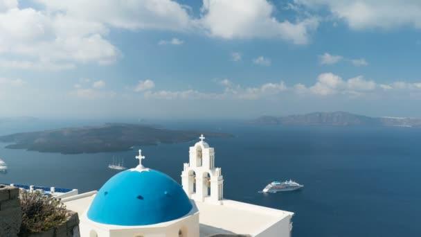 Egejské moře s výhledem na kostel Panny Marie Katolické Tři zvony Fira, Santorini.