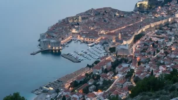 Den do noci časosběrným staré město Dubrovník, jedné z nejznámějších turistických destinací v Jaderském moři