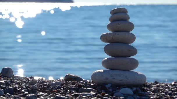 Zen kő strand tökéletes meditáció. Nyugodt zen meditálni rock piramis jelképezi a stabilitás, a harmónia, az egyensúly homokos strand háttér.
