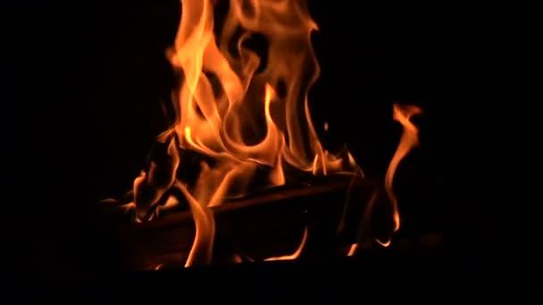 Teplé příjemné hořící oheň v krbu.