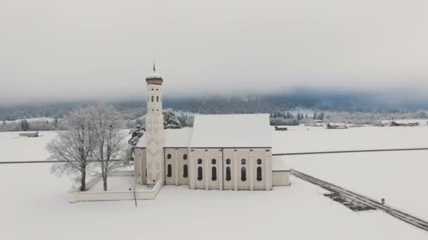 Luftaufnahme von St. Coloman Kirche in Süddeutschland Winterlandschaft