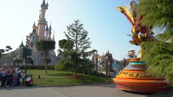 Paříž, Francie-1. duben 2019: Disney Stars na přehlídce se nachází na pozadí hradu spící krásy
