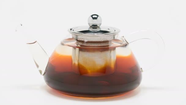 černý čaj se vaří v čajovém hrnci