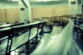 Absztrakt elmosódott pad az előadóteremben, vintage effektus stílusban