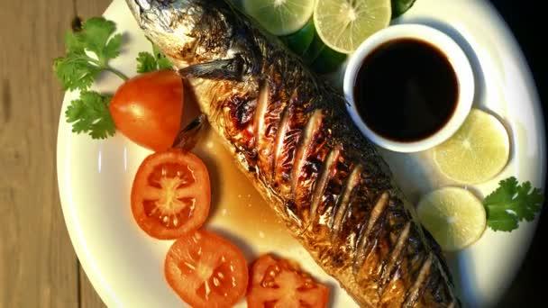 Gegrillte Makrele Fisch rotierend mit Sauce und Gemüse, Draufsicht, Japanisches Essen