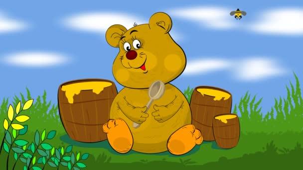 Na trávníku sedí medvídek, drží lžíci v tlapách a jí med. Kolem něj lítají včely.