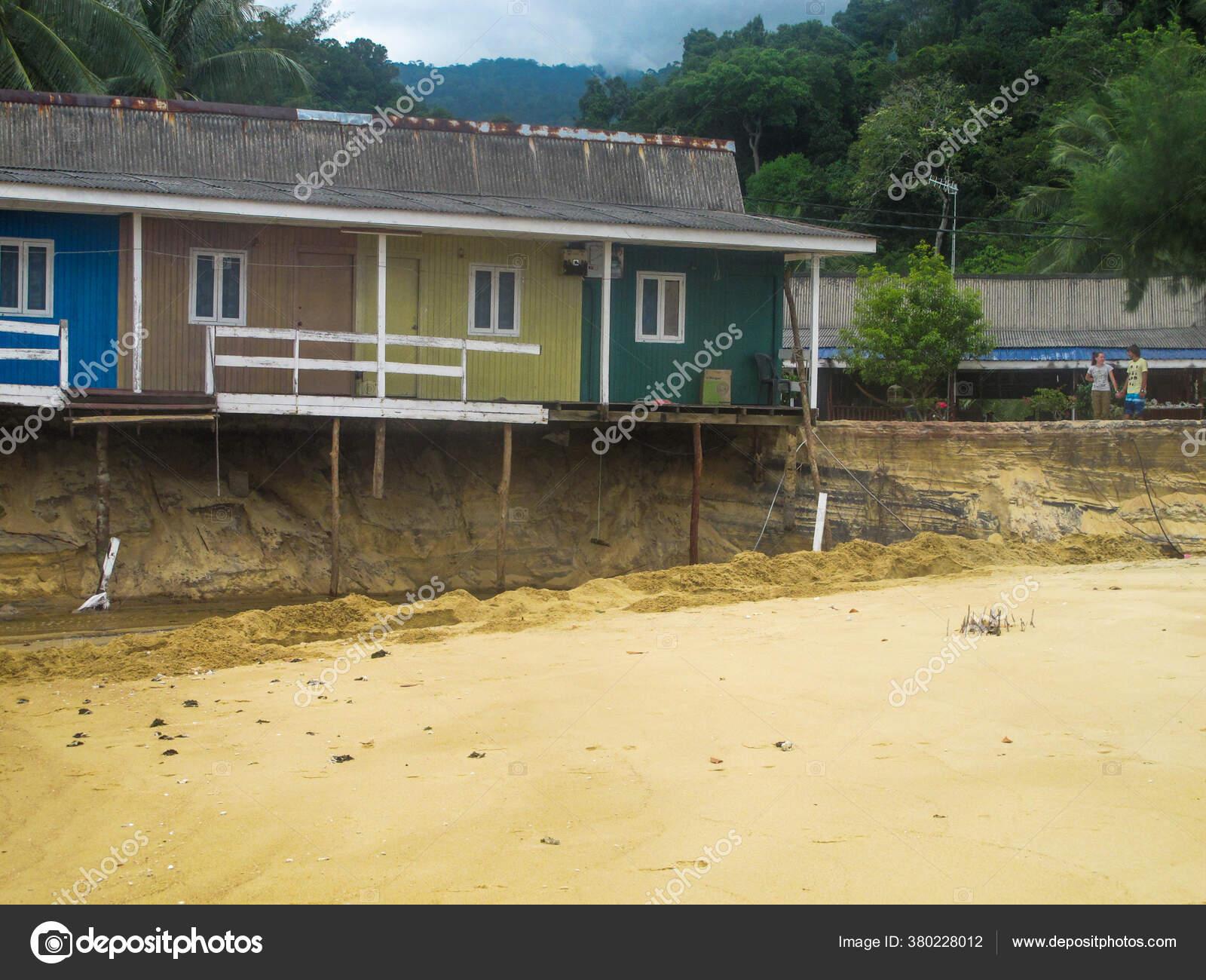 Pantai Berpasir Yang Terkikis Karena Aksi Gelombang Selama Musim Hujan —  Stok Foto © hamizanyusof89 #380228012