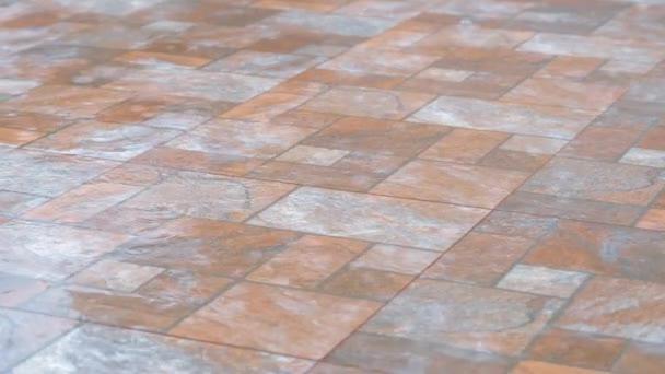 dešťové kapky padající na dlaždicovou podlahu