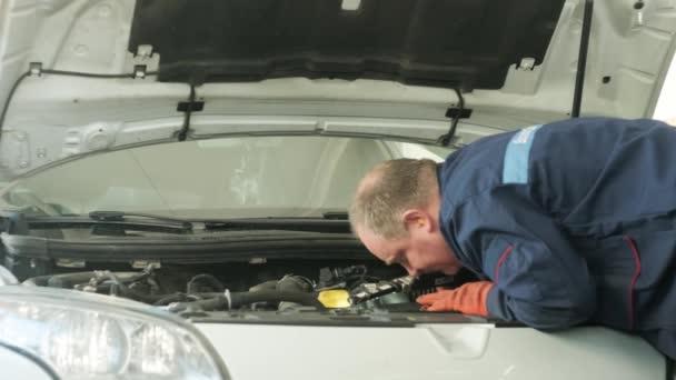 mechanik pracuje na auto motor