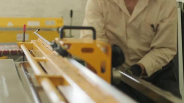 Arbeiter schneidet mit Spezialgerät ein rostfreies Blech