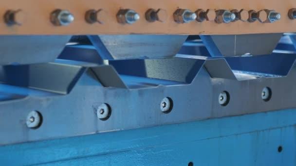 Blechumformmaschine in der modernen Metallfabrik.