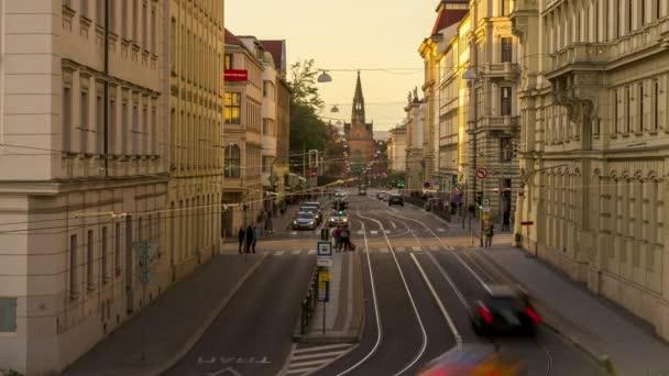 Časová prodleva rušné ulice s lidmi, automobily a městskou hromadnou dopravou na náměstí Silingrovo náměstí v České republice Evropa v těsném kontaktu mezi budovami.
