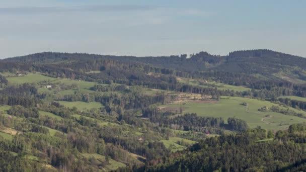 Timelapse pohybující se stíny v údolí obklopeném stromy a lesy se stíny, které se pohybují a postupně obývají celé údolí před západem slunce v hornaté oblasti Beskyd