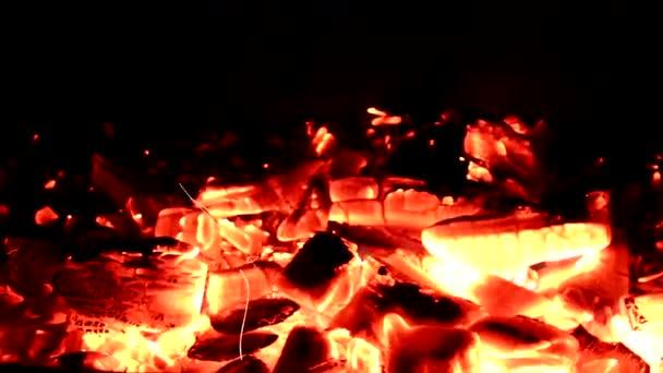 krásné video s ohněm a uhlíky na černém pozadí