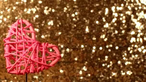 krásné růžové srdce ratan srdce na lesklém pozadí