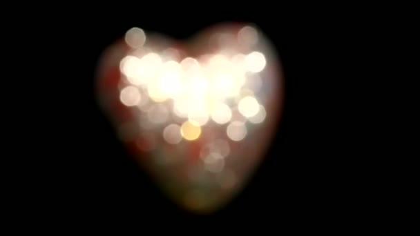 schönes Video mit rotem, glänzendem Herzen auf schwarzem Hintergrund