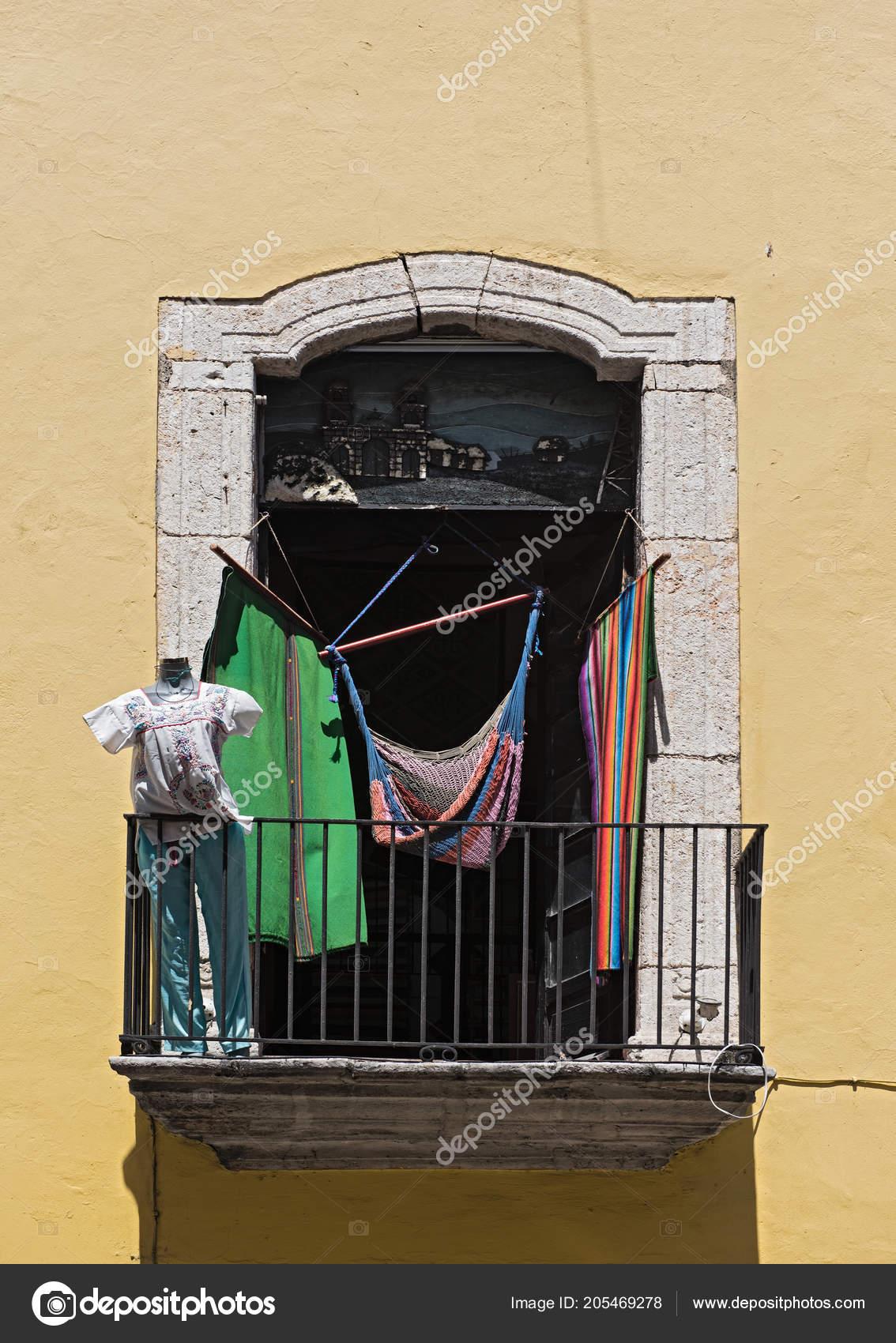 Hangmat Uit Mexico.Balkon Met Hangmatten Kleding Merida Yucatan Mexico Redactionele