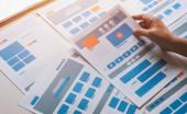 Fotografie Website designer Kreative planung anwendung entwickler entwicklung entwurf skizze zeichnung vorlage layout prototyp rahmen wireframe design studio. User Experience Konzept .