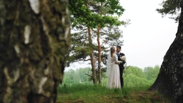 Holubi vyletí na nohy zamilovanému páru v lese. Velmi krásné zpomalené obrazy.