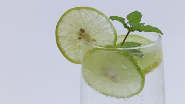 Čerstvá citronová šťáva èeká na bílém pozadí
