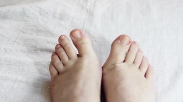 Část ženské nohy pohybuje prsty jinak. Zavřít.