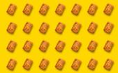 Muster mit einem rechteckigen Keks mit einem Schatten auf gelbem Hintergrund. Druck, Struktur.