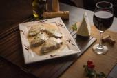 filé mignon gorgonzola sajt mártással, vörösborral és zöld fűszerezéssel fehér téglalap alakú tálcán